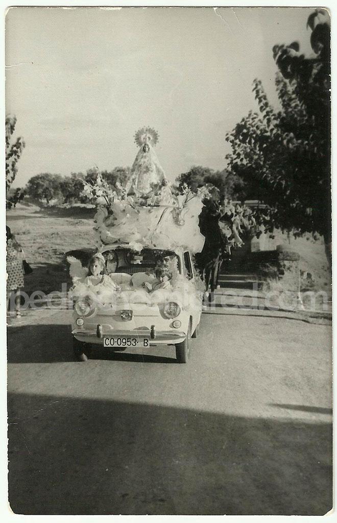 La Virgen de Piedrasantas sobre un Seat 600